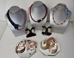 Boucles d'oreilles, colliers, bracelets