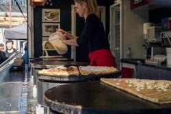 cuisson des crèpes dans le food truck